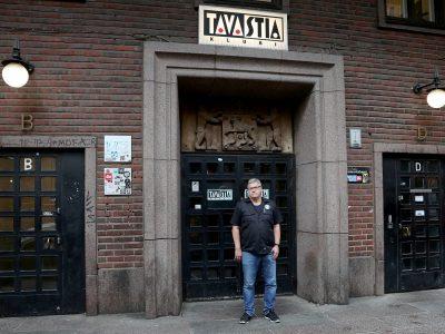 Tavastian Pekka Görman seisoo Tavastian julkisivun edessä.